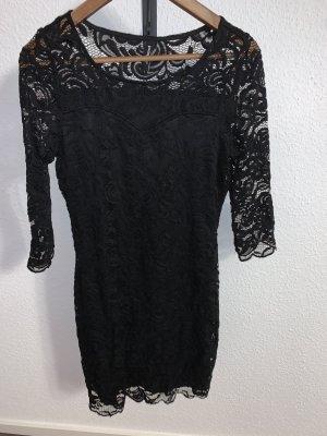Schwarzes Kleid aus Spitze