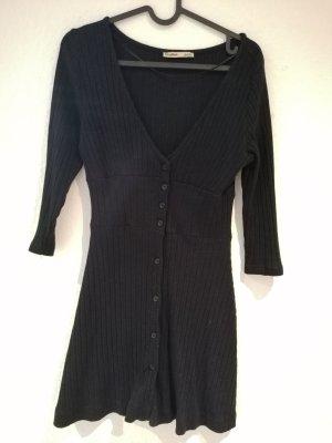 Schwarzes Kleid.