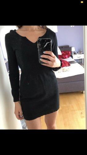 Schwarzes Kleid eng