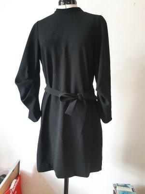 schwarzes Kleid im Buisness Look