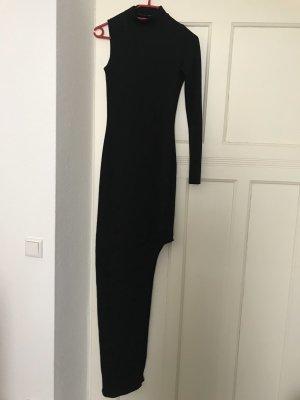 Schwarzes kleid mit Beinausschnitt und einem Ärmel