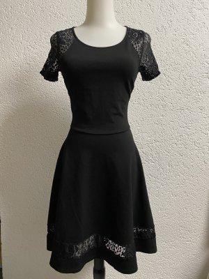 schwarzes Kleid mit besonderem Rückem