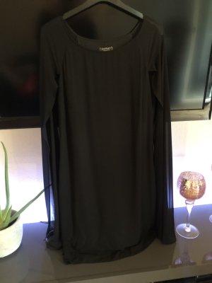Schwarzes Kleid mit Cape