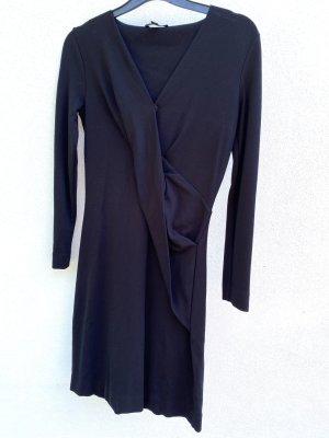 Schwarzes Kleid mit drapierter Front
