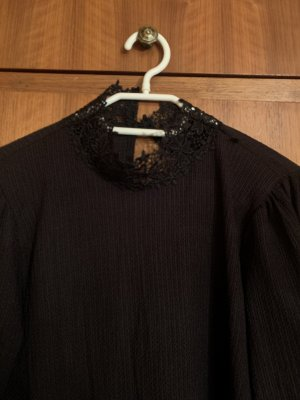 Schwarzes Kleid mit gesticktem Kragen von Zara