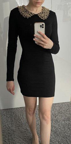 Schwarzes Kleid mit goldenem Perlenkragen