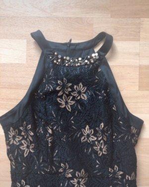 Schwarzes Kleid mit goldenen Blümchen