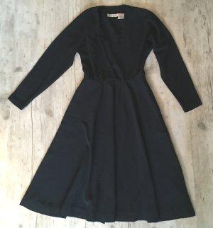 schwarzes Kleid mit großem V-Ausschnitt