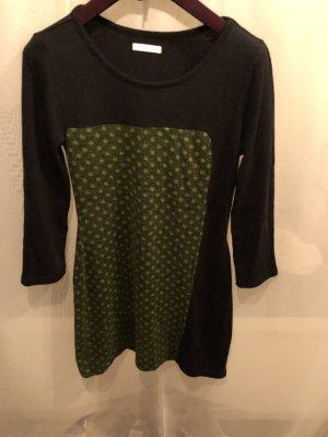 Schwarzes Kleid mit grünem Detail