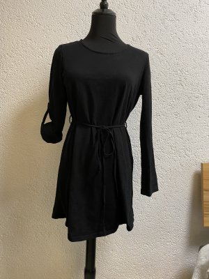 schwarzes Kleid mit Gürtel
