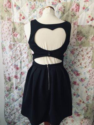 Schwarzes Kleid mit Herzausschnitt am Rücken