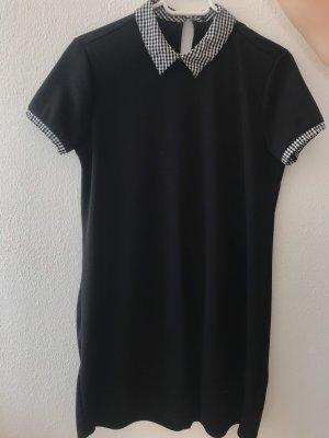 Schwarzes Kleid mit kariertem Kragen
