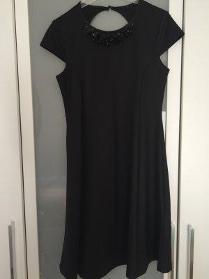 Schwarzes Kleid mit Kette