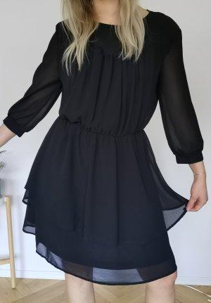 Schwarzes Kleid mit Lagen