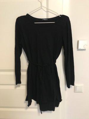 Schwarzes Kleid mit langen Ärmeln