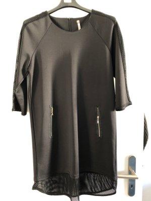 Schwarzes Kleid mit Netz