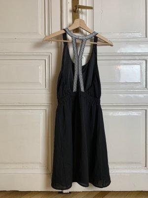 Schwarzes Kleid mit offenem Rücken