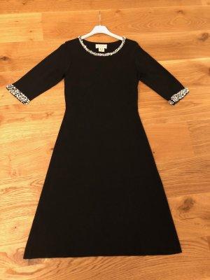 Schwarzes Kleid mit Perlen. Queen-Style.
