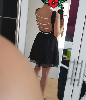 Schwarzes Kleid mit Perlen Rückendekoltee
