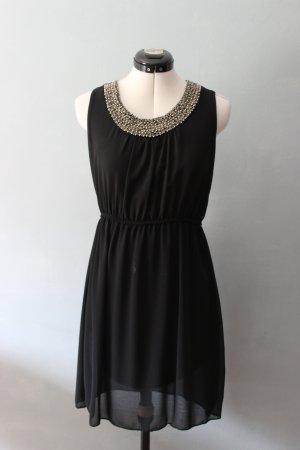 Schwarzes Kleid mit perlenverziertem Kragen
