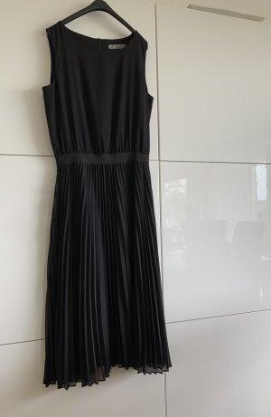 Schwarzes Kleid mit Plisseerock