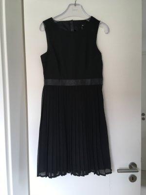 Schwarzes Kleid mit Plisseesrock und Rückenausschnitt