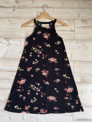 Schwarzes Kleid mit rosaroten Rosen
