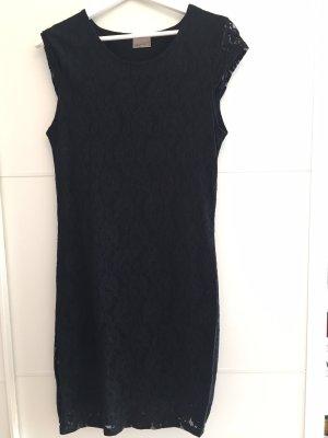 Schwarzes Kleid mit Rosen Muster