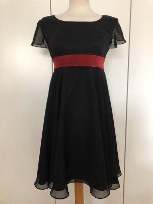 Schwarzes Kleid mit rotem Samt