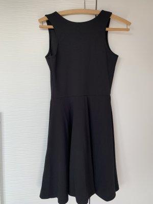 Schwarzes Kleid mit Rückenausachnitt