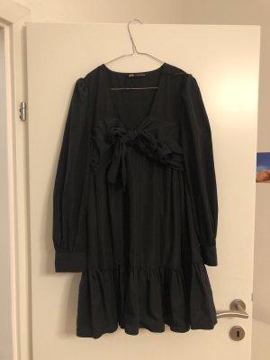 Schwarzes Kleid mit Schleife vorne