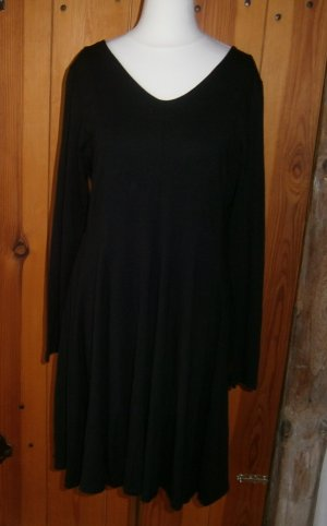 Schwarzes Kleid mit schwingendem Rockteil