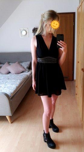 schwarzes Kleid mit silbernen Steinen und Pailletten besetzt