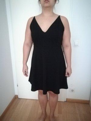 Schwarzes Kleid mit Spaghettiträgern