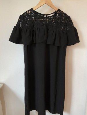 Schwarzes Kleid mit Spitze.