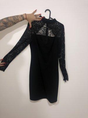 Schwarzes Kleid mit Spitze und Ausschnitt