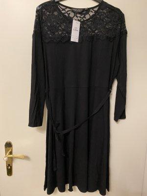 Schwarzes Kleid mit Spitzen