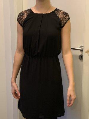 Schwarzes Kleid mit Spitzenärmeln