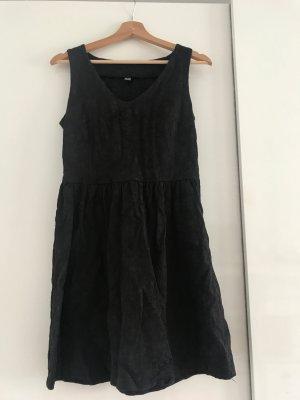 Schwarzes Kleid mit Stickdetails