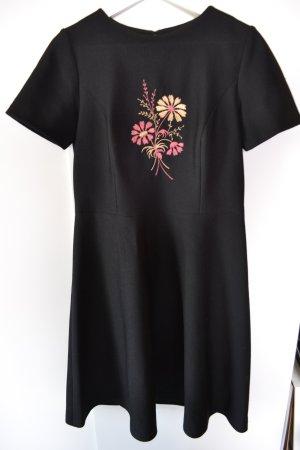 Schwarzes Kleid mit Stickerei Gr. 42