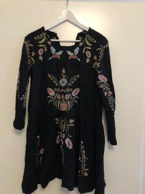 Schwarzes Kleid mit Stickereien