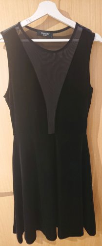 schwarzes Kleid mit transparenten Rücken