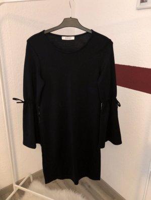 Schwarzes  Kleid mit Trompeten  Ärmeln
