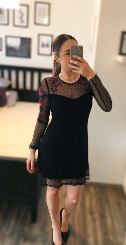 Schwarzes Kleid mit Tüll und Blumendetails