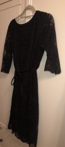 Schwarzes Kleid mit viel Spitze