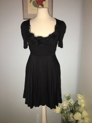 Schwarzes Kleid mit weißen Perlen