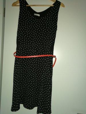 schwarzes Kleid mit weißen Punkten