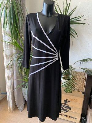 Schwarzes Kleid tailliert mit weißen Satinstreifen