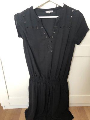 Schwarzes Kleidchen mit Details