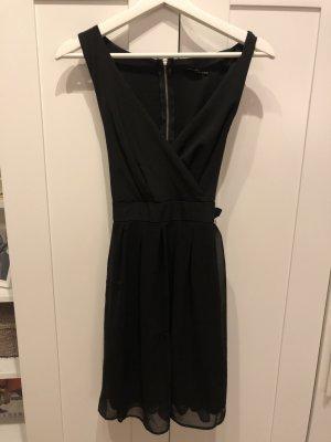 Schwarzes Kleidchen mit Schleife